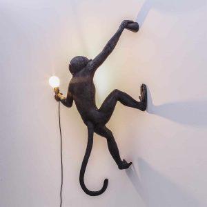 czarny kinkiet w kształcie małpy
