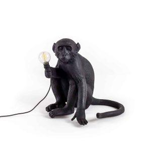 czarna lampa małpa seletti na białym tle