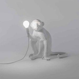 włączona lampka małpa seletti siedząca