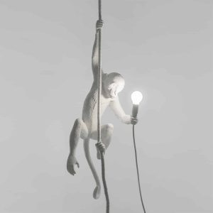 włączona lampa monkey wisząca wewnętrzna