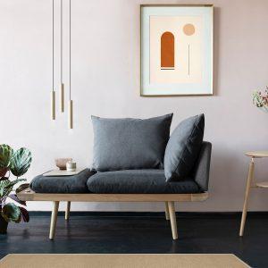 lampa wisząca chimes nad kanapą