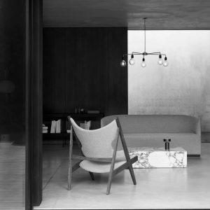 lampa wisząca menu chambers 76 czarna w salonie