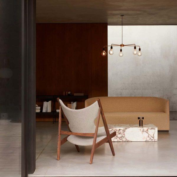 lampa wisząca menu chambers 76 złota w salonie