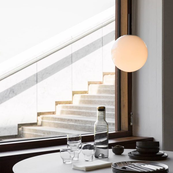 menu tr bulb lampa wisząca czarna na stołem obok okna