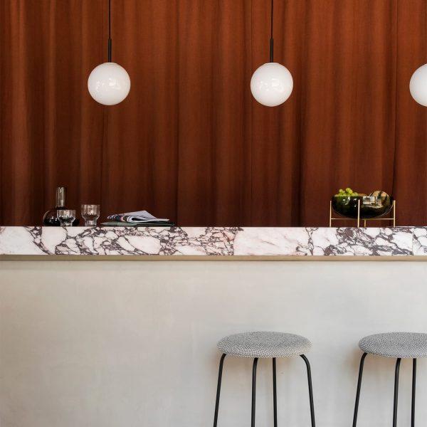 menu tr bulb lampa wisząca nad stołem