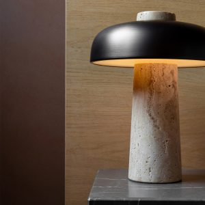 włączona lampa stojąca menu reverse na stoliku