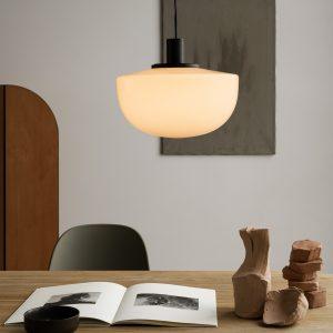włączona lampa sufitowa menu bank z mlecznym kloszem