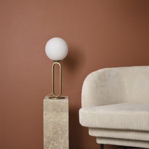 EN01EN009630 lampka cime od eno studio obok kanapy na stoliku