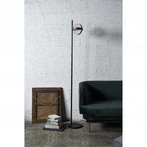 NOCC01EN0060 lampa podłogowa plus obok kanapy