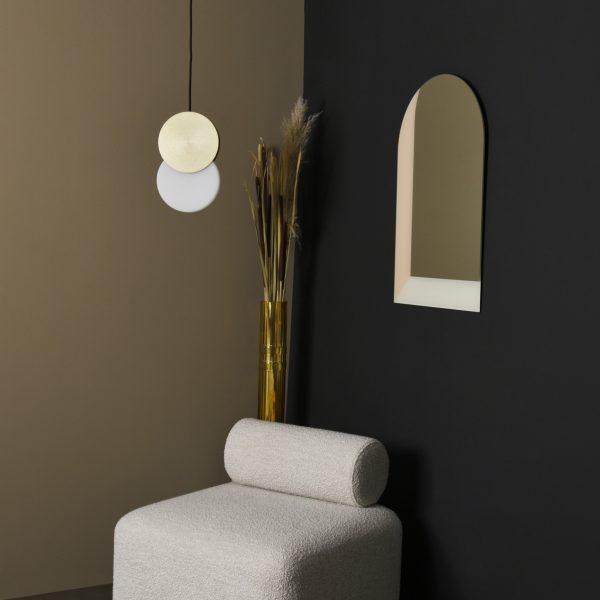 eno studio duo brass lampa sufitowa nad fotelem