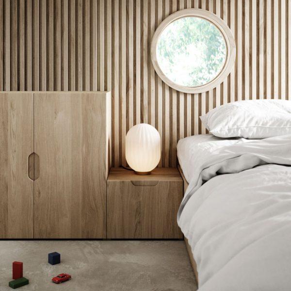 lampka modeco plus obok łóżka
