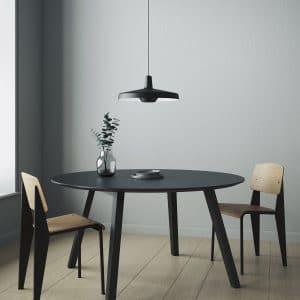 AR-P-L duża lampa arigato w kolorze czarnym nad stołem