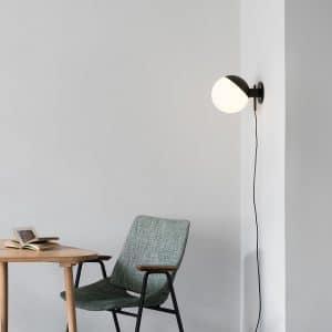 BA-TW lampa baluna na ścianie nad stolikiem drewnianym