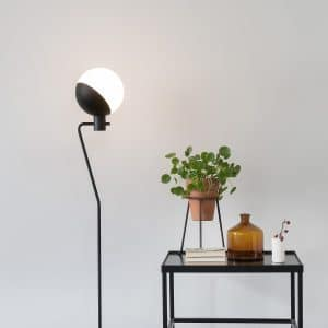 baluna floor podłogowa obok stolika z rośliną