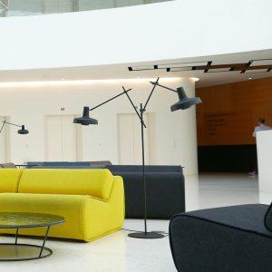 podwójna lampa podłogowa regulowana arigato w holu