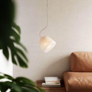biała lampa breeze marki nordic tales w salonie