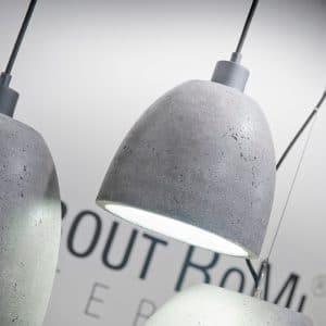 włączona lampa z betonu malaga M romi