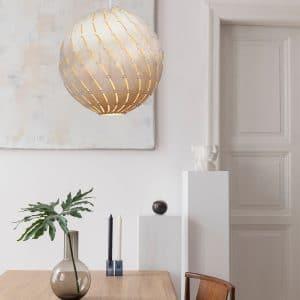 930 aranżacja lampy Bounce nad stołem David Trubridge.jpg