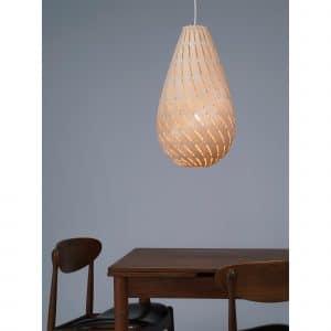 931 lampa Drop David Trubridge nad stołem.jpg