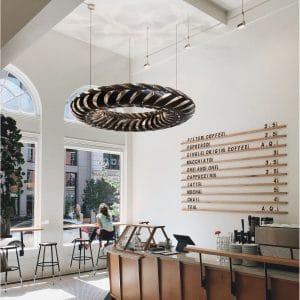 Lampa Maru David Trubridge aranżacja w kawiarni.jpg