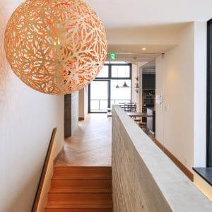 Lampa wisząca Sola aranżacja nad schodami w domu — kopia.jpg